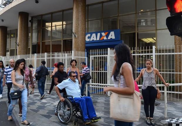Filas se formam no sábado nas agências da Caixa para saque de contas inativas do FGTS (Foto: Rovena Rosa/Agência Brasil)