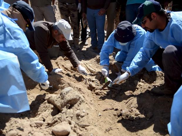 Escavações só começaram agora porque Tirkit estava na mão do 'Estado Islâmico' (Foto: REUTERS/Stringer)
