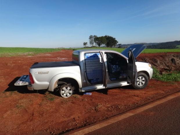 Segundo a PRF, a caminhonete era roubada (Foto: Polícia Rodoviária Federal/Divulgação)