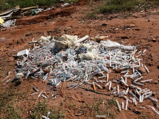 Grande quantidade de seringas, agulhas e tubos de insulina foram jogados  (Foto: Imagens enviadas/ TEM Você)