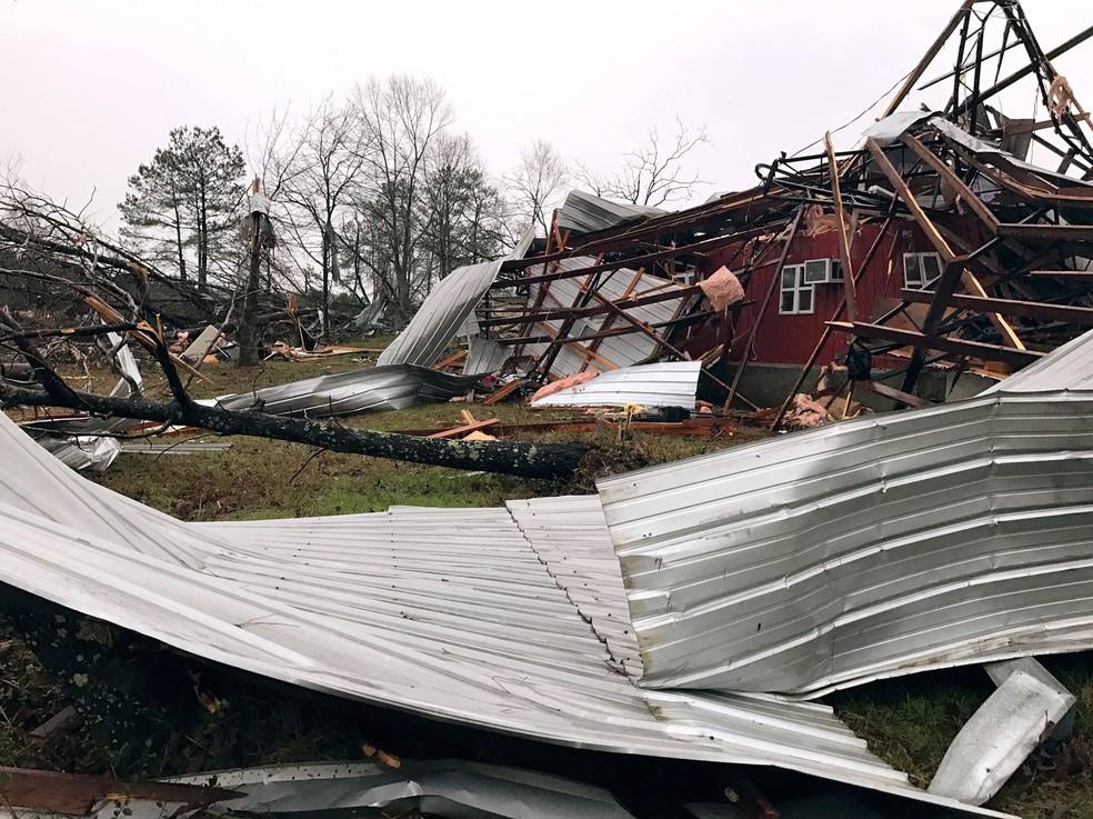 Serviço Nacional de Meteorologia teve seis registros preliminares de tornados no Alabama e no Mississippi na segunda-feira. Na foto, destruição em Mount Olive, no Mississippi (Foto: Ryan Moore/WDAM-TV via AP)