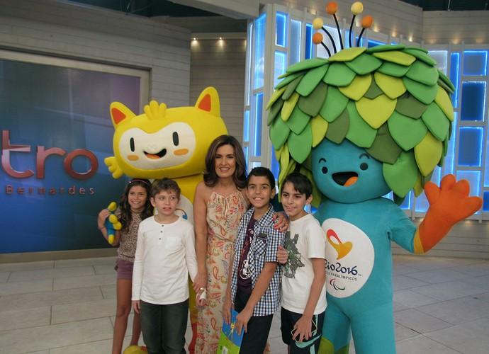 Crianças convidadas junto com os mascotes dos Jogos Rio 2016 (Foto: Melina Mantovani/ Gshow)