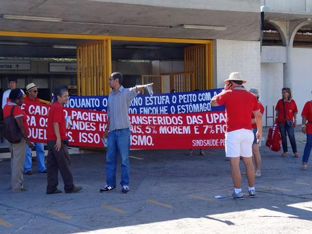 Servidores realizam manifestação em três estações de metrô do Recife (Foto: Katherine Coutinho / G1)