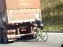 Ciclista é flagrado pegando 'carona' em traseira de caminhão; vídeo