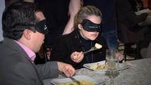 Grupo tem 'jantar às cegas' para simular vivência (Reprodução / TV TEM)