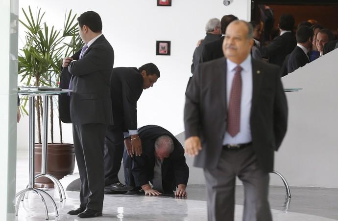 Mustafá Contursi cai na sede da CBF (Foto:  Alexandre Cassiano / Agência O Globo)