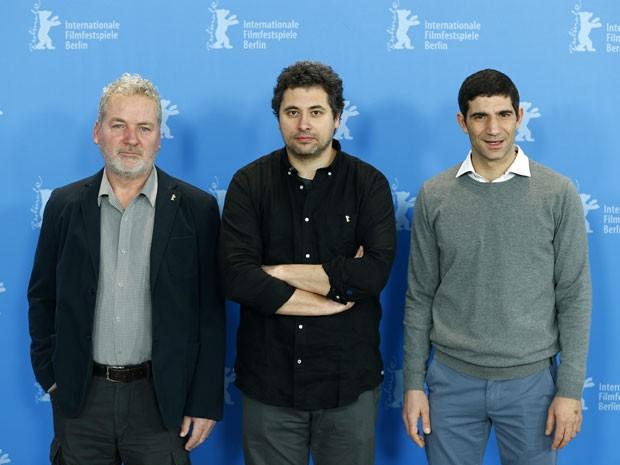 A partir da esquerda: o ator Teodor Corban, o diretor Radu Jude e o ator Cuzin Toma posam para divulgar o filme romeno 'Aferim!' no Festival de Berlim nesta quarta-feira (11) (Foto: Axel Schmidt/AP)