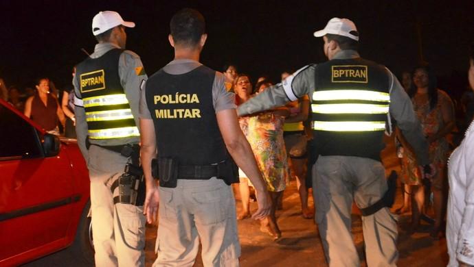 Polícia Militar conversa com familiares de presos na capital do Acre (Foto: Quésia Melo/G1)