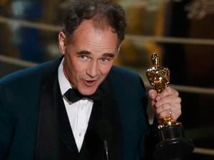 Mark Rylance recebe Oscar de melhor ator coadjuvante por 'Ponte dos espiões'