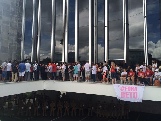 Apesar da decisão de reintegração de posse, manifestantes seguem na Assembleia (Foto: Daiane Baú/ G1)