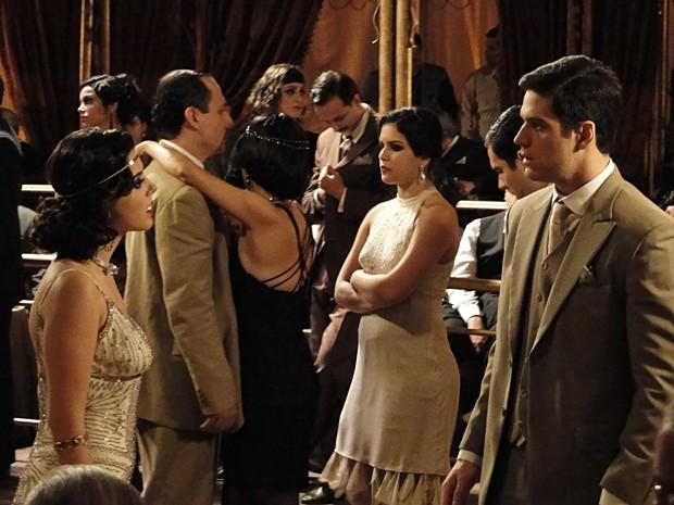 Juvenal fica perplexo ao reencontrar Lindinalva como quenga (Foto: Gabriela / TV Globo)