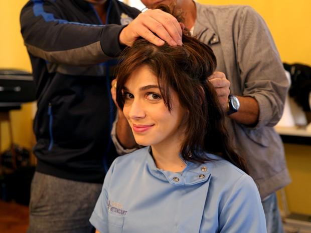 Atriz passa por aplicação de cabelos naturais para alongar os fios para a personagem (Foto: Maria Clara Lima/ Gshow)