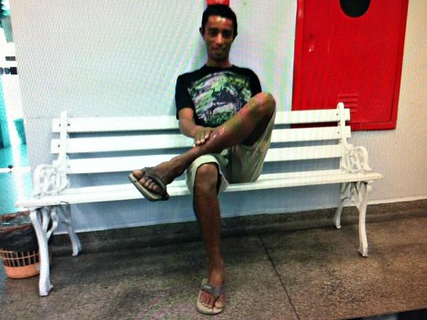Suspeito de roubar, matar e abusar sexualmente secretaria em Manaus pousou para fotos na delegacia após ser preso (Foto: Reprodução/Arquivo Pessoal)