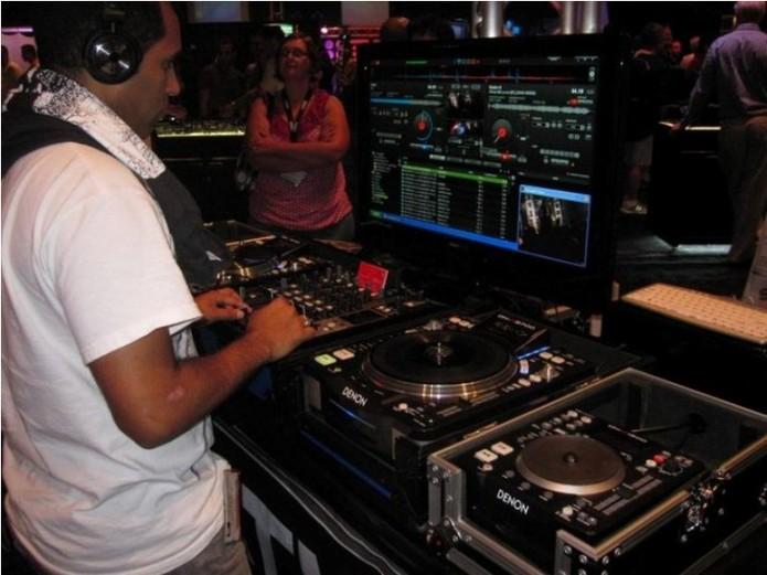 DJ usa software com controladores (Foto: Divulgação / Virtual DJ)