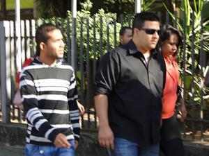 Elenilson da Silva e Wemerson Marques chegam ao Fórum de Contagem (Foto: Pedro Triginelli/G1)