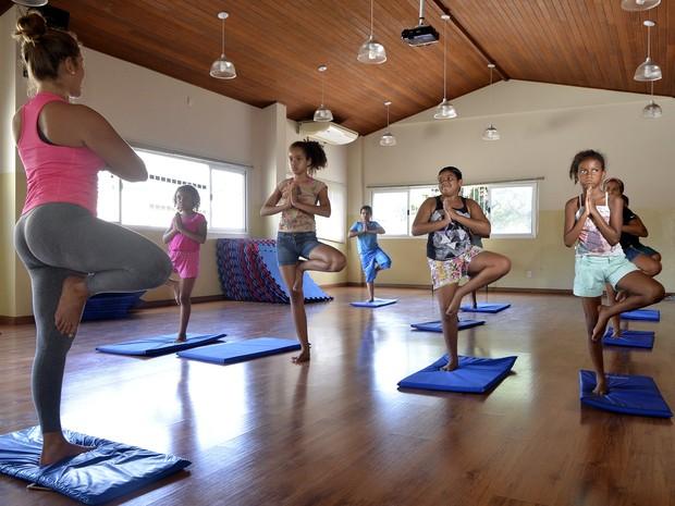 Crianças do Instituto João XXIII durante aula de ioga (Foto: Carlos Alberto Silva/ A Gazeta)