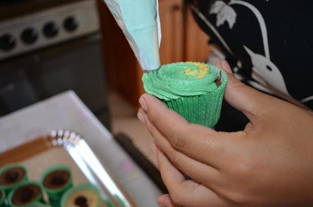 Ela prepara s doces com as cores da seleção brasileira (Foto: Magda Oliveira)
