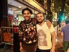 Rafael Cardoso ataca de cozinheiro na vida real e faz bolo de aniversário