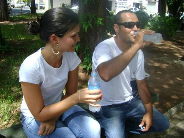 casal aproveita a sombra para tentar se refrescar do calor de Bauru (Foto: Ana Carolina Levorato/G1)