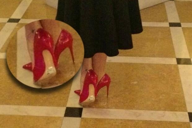 Detalhe da etique no sapato usado por Grazi Massafera em premiação no Rio (Foto: Léo Martinez/EGO)