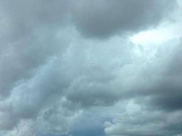 Nuvens carregadas com previsão de chuva a qualquer momento (Foto: Luan Saraiva/ G1 MS)
