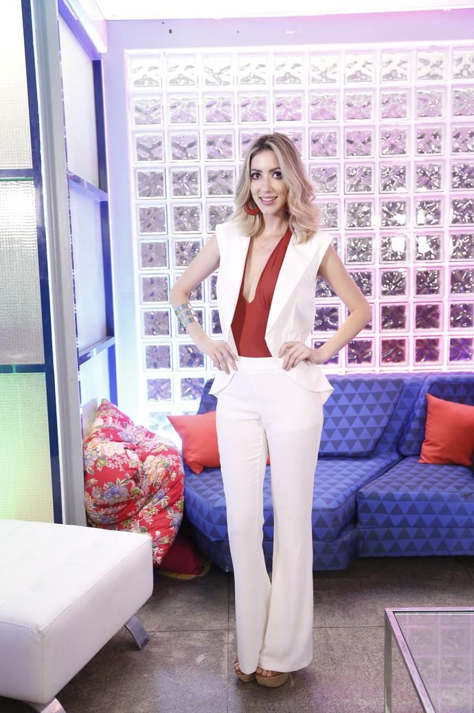 Quase all white, Fernanda quebra branco com vermelhão na blusa (Foto: Raphael Dias/Gshow)