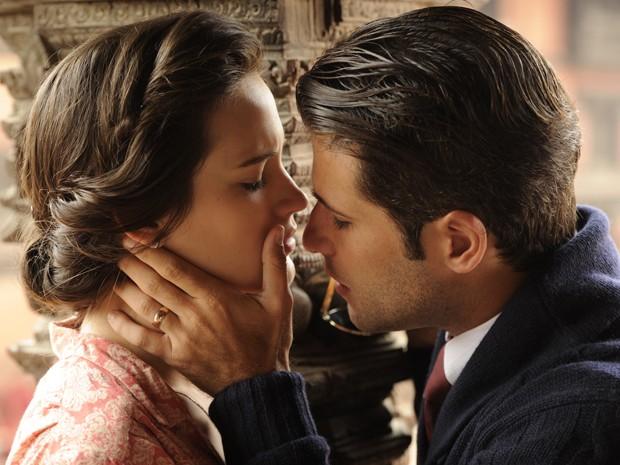 Amélia e Franz quase se beijam nos Himalaias (Foto: Renato Rocha Miranda / Tv Globo)