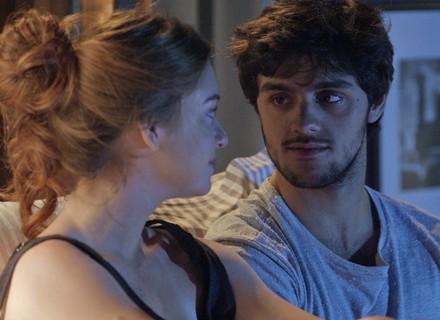 Jonatas pede desculpa a Eliza e dá presente que lembra primeira vez