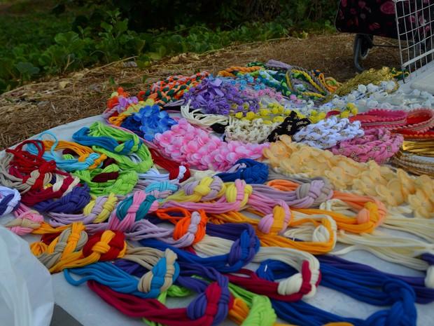 Camila também faz os produtos na orla de João Pessoa e tiara mais barata custa R$ 10  (Foto: Dani Fechine/G1)