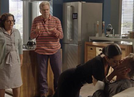 Dorinha invade apartamento de Arthur e o beija na frente de Eliza