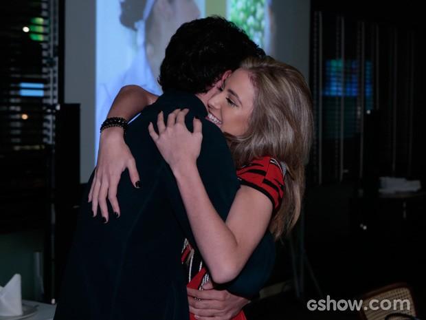 Hanna Romanazzi abraça Gabriel Falcão (Foto: Felipe Monteiro)