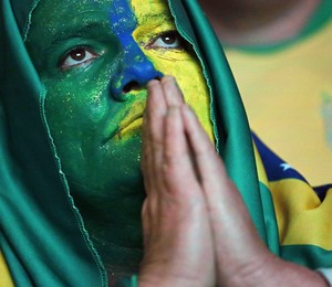 Torcedora brasileira reza pela vitória do Brasil na Copa das Confederações (Foto: AP Photo/Nelson Antoine)