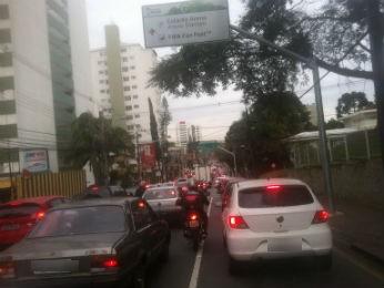 Trânsito é intenso em várias ruas da capital  (Foto: Bibiana Dionísio/ G1)