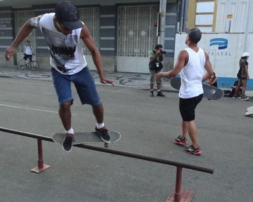 Skatistas e patinadores aproveitam a ciclofaixa do Bairro do Recife (Foto: Renan Holanda / G1)