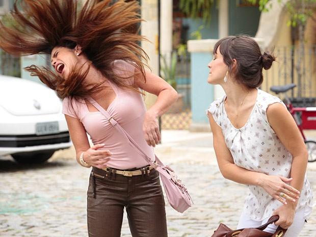 Lucilene e Carolina armam o maior barraco na rua (Foto: Guerra dos Sexos / TV Globo)