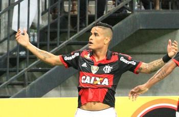 Everton comemora gol do Flamengo contra o Vitória (Foto: Danilo Mello / Agência estado)