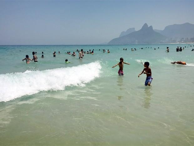 Dia sem aulas levou crianças às praias do Rio (Foto: José Raphael Berrêdo / G1)