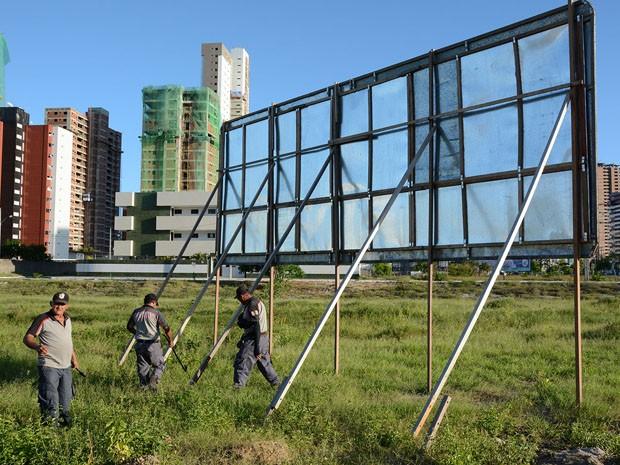 Operação retirou outdoors que estão irregulares em terrenos de João Pessoa (Foto: Cornélio Felipe/Secom-JP)