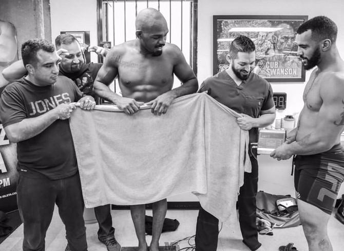 Jon Jones, toalha, pesagem (Foto: Reprodução/Twitter)