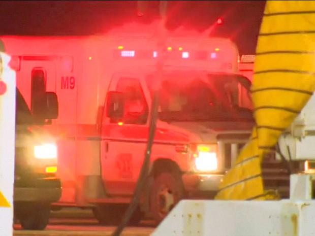 Equipes de emergência que trabalharam no resgate às vítimas no aeroporto do Canadá (Foto: Reprodução/GloboNews)