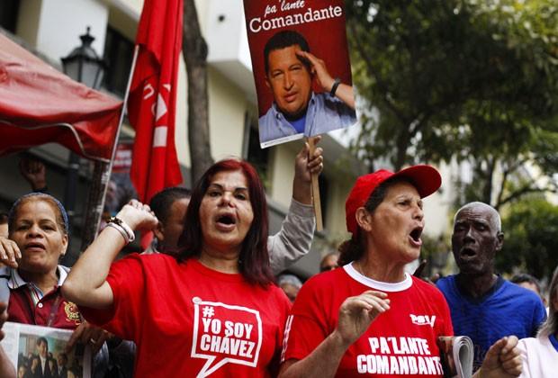Apoiadores de Chávez fazem festa em Caracas após anúncio da volta do presidente (Foto: Carlos Garcia Rawlins/Reuters)