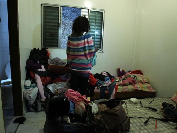 Usuária de droga que vivia em barraco na Cracolândia é fotografada em quarto de hotel para onde foram levados moradores de rua e usuários de drogas retirados da Cracolândia, no centro de São Paulo. (Foto: Werther Santana/Estadão Conteúdo)