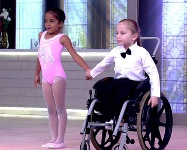 Criança cadeirante dança balé com amiga de escola de 6 anos (TV Globo)
