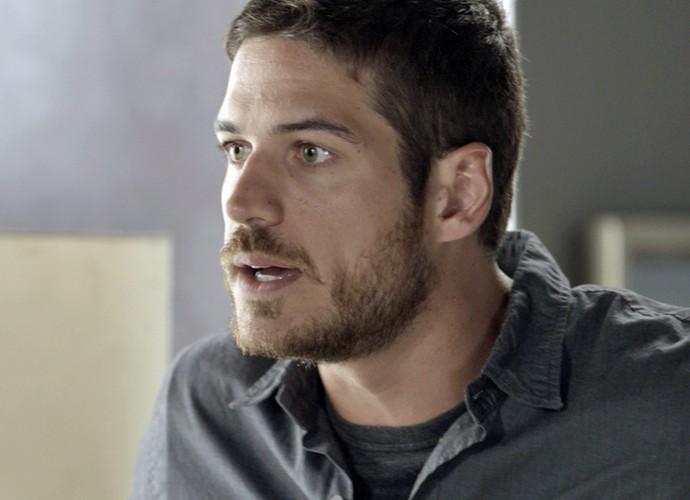 Dante fica surpreso com o que ouve de Tóia (Foto: TV Globo)
