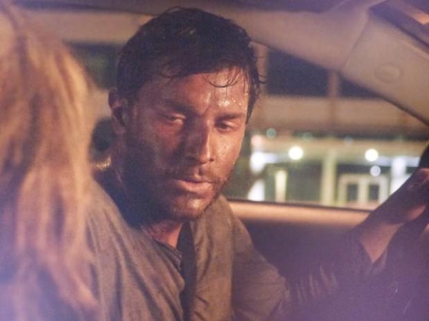 Amanda encontra Léo vai com ele para o hospital (Foto: TV Globo)