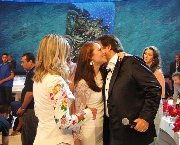 Paolla Oliveira cumprimenta o Faustão no palco (Foto: Domingão do Faustão / TV Globo)