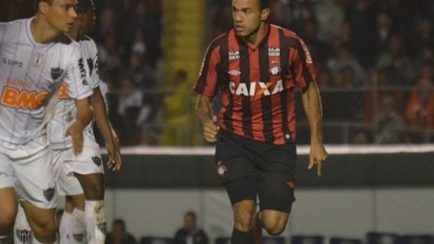 Roger Atlético-PR Atlético-MG (Foto: Site oficial do Atlético-PR/Gustavo Oliveira)