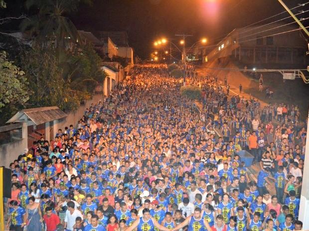 Fiéis percorrem ruas cantando hinos de adoração (Foto: Vanísia Nery/ G1)