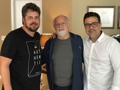 Ary, com a barba que usou para viver Lula, posa entre o roteirista Thomas Stavros e o diretor Marcelo Antunez  (Foto: Divulgação)