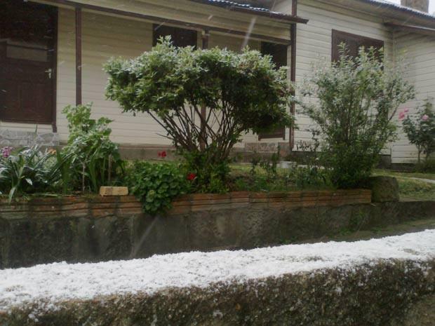 Muro coberto com gelo em Bom Jesus, na Serra (Foto: Raquel Jacoby Silveira/Prefeitura de Bom Jesus)